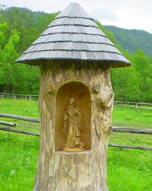 Leonhard.im Baumstamm